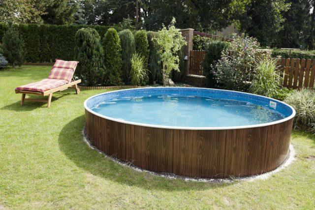 Наземный бассейн хорошо вписывается в ландшафтное оформление