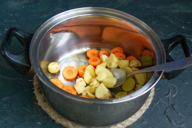 Нарезаем морковь и картошку крупно, кладём в суповую кастрюлю