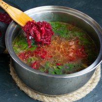 Добавляем свекольно-чесночно-томатную заправку и приправы