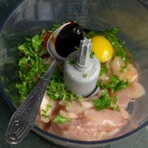 Разбиваем куриное яйцо, наливаем соевый соус, солим, вливаем холодную воду, добавляем копченую паприку