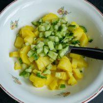 Нарезаем огурцы, добавляем к нарезанному картофелю