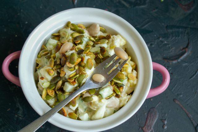 Быстрый картофельный салат с фасолью и соусом-майонезом из аквафабы готов