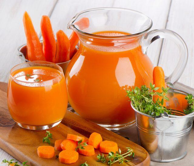 Морковь, особенно свежевыжатый морковный сок, имеет много полезных свойств