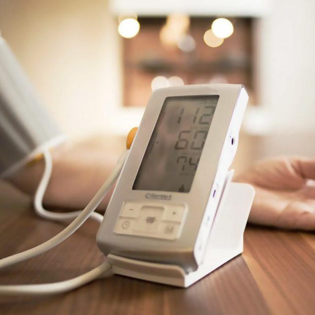 Автоматический тонометр для измерения давления у человека
