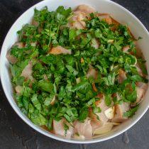 Посыпаем курицу мелко нарезанной петрушкой или кинзой