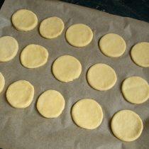 Выкладываем печенья, оставляя между ними небольшое расстояние