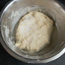 Добавляем соль, растительное масло и ржаную патоку