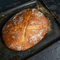 В разогретую духовку ставим противень с хлебом, печем 50-55 мину