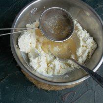 Желатиновый раствор и выливаем его в миску с рикоттой