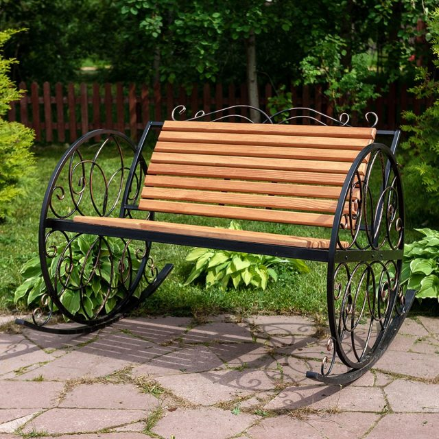 Кованое кресло-качалка с деревянным сиденьем и спинкой
