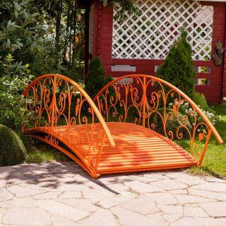 Садовый мостик яркого оранжевого цвета
