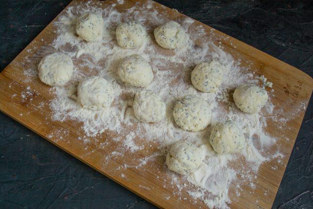 Панируем тесто в муке и скатываем небольшие шарики