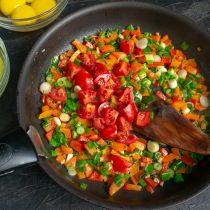 Добавляем порезанные помидоры черри