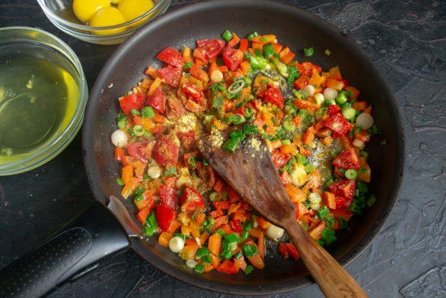Приправляем и тушим овощи на умеренном огне 5 минут