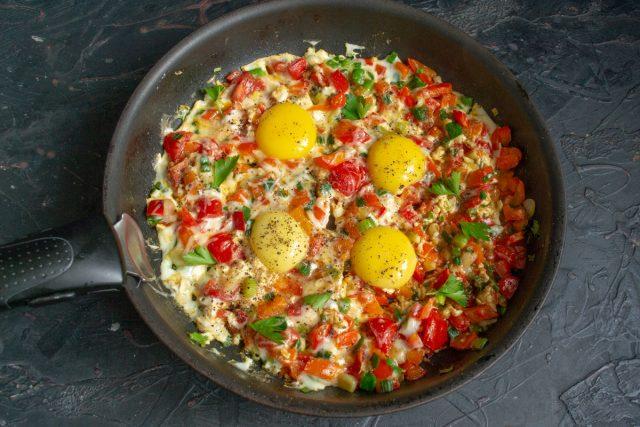 Шакшука, или Израильская яичница с овощами, готова