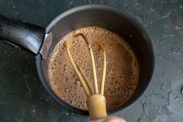 Вливаем какао с крахмалом в сотейник, помешиваем венчиком