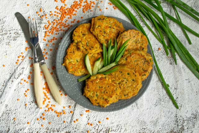 Вегетарианские оладьи из чечевицы с кабачком