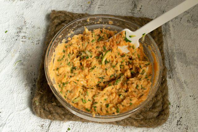 Добавляем в тесто растёртую зиру, соль, оливковое масло и тщательно перемешиваем