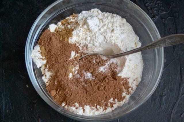 Насыпаем в миску пшеничную муку, порошок какао, пищевую соду и разрыхлитель теста