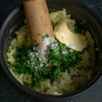 Добавляем петрушку, сливочное масло и сливки, тщательно перемешиваем