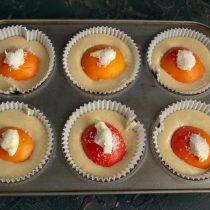 На абрикосы кладём кусочки масла, посыпаем сахаром