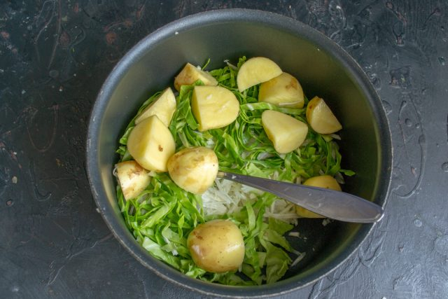 Отправляем нарезанный картофель к остальным овощам