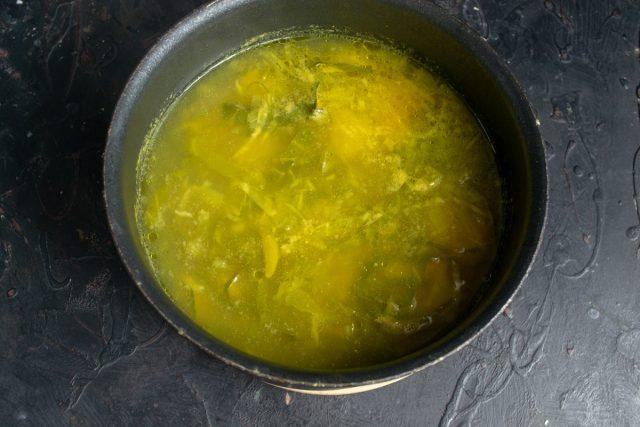 Нагреваем суп до кипения и варим на тихом огне 30 минут