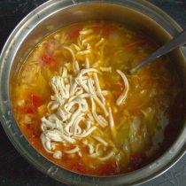 Тёртый плавленый сыр кладём в кастрюлю, перемешиваем, нагреваем суп до кипения