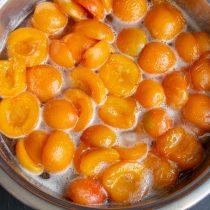 Нагреваем фрукты в сиропе до кипения, кипятим 3-4 минуты и оставляем на несколько часов