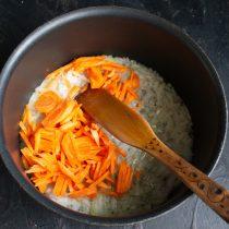 Добавляем морковь и готовим всё вместе ещё 5 минут