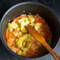 Добавляем картофель и бульон, нагреваем до кипения и варим до готовности картошки