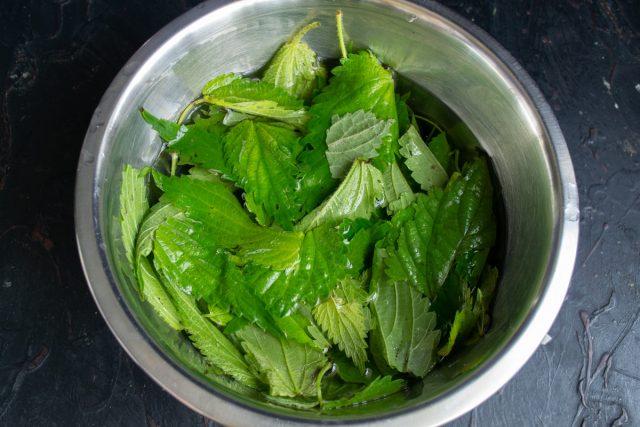 Листья крапивы обрываем, заливаем холодной водой и оставляем на 20 минут