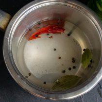 Насыпаем в кастрюлю со слитой водой соль и сахар, добавляем лавровый лист и черный перец