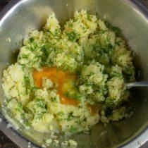 Разбиваем в миску куриное яйцо, по вкусу солим