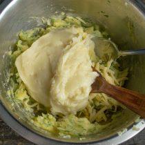 Добавляем заваренную муку и перемешиваем тесто