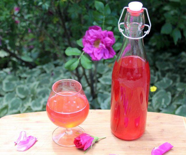 Сироп из лепестков роз можно добавлять в чай, разбавлять водой, окрашивать им крема, пропитывать бисквиты и т.д.