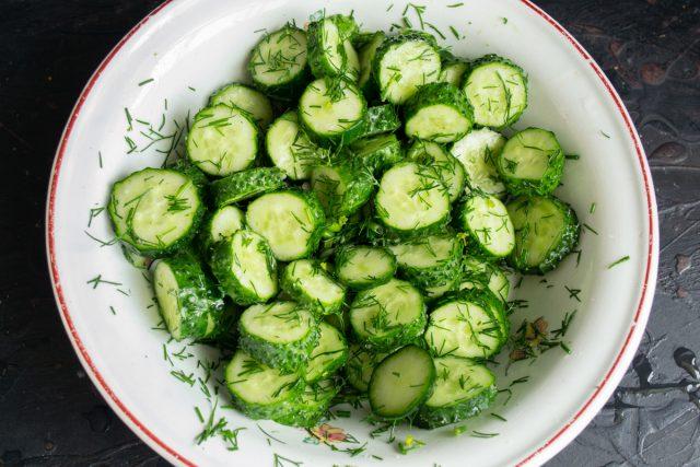 Перемешиваем овощи с солью, оставляем на 10-15 минут