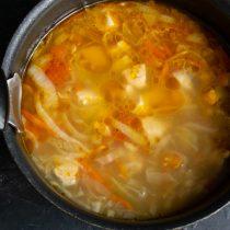Наливаем куриный бульон, добавляем соль и сахар, нагреваем до кипения, варим на тихом огне