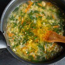 Снова нагреваем суп до кипения, варим ещё 5 минут