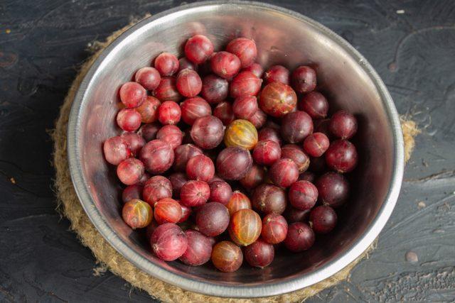Сортируем ягоды и замачиваем в холодной воде