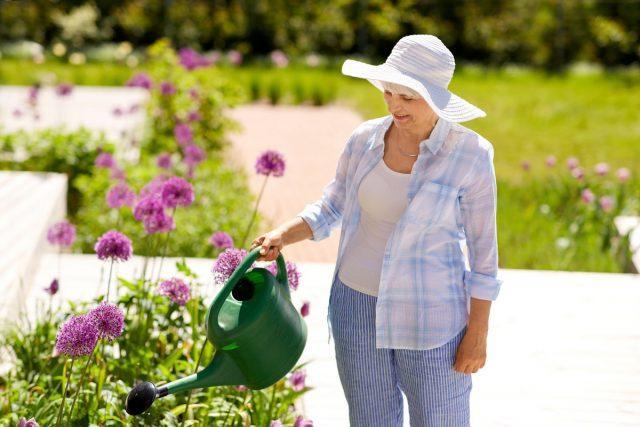 Носите в жару светлую, свободную, дышащую одежду, надевайте головной убор с большими полями