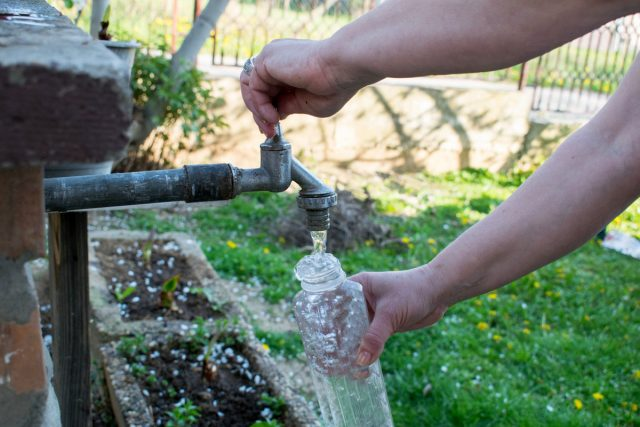 Первая помощь при обезвоживании — пить много воды или напиток для пероральной регидратации