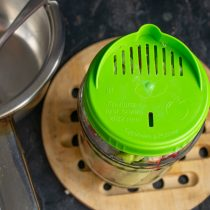 Вливаем воду, сливаем в кастрюлю через крышку с отверстиями