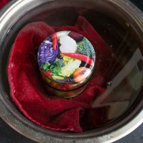 Нагреваем банку в кастрюле с водой до кипения, стерилизуем 15 минут
