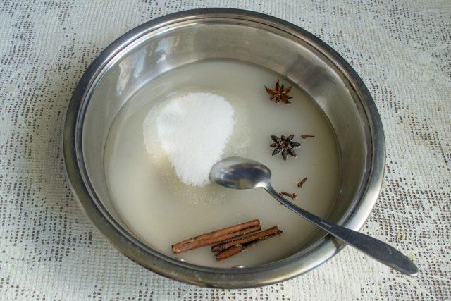 В ёмкость насыпаем сахарный песок, добавляем воду, корицу, бадьян и гвоздику