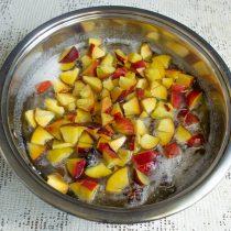 Режем персики мелко, кладём в кипящий сироп