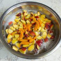 Добавляем порезанные мелко абрикосы