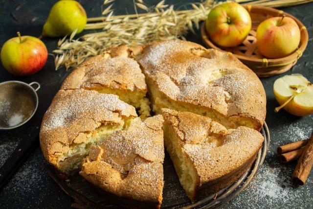 Шарлотка с грушами и яблоками — самый простой рецепт