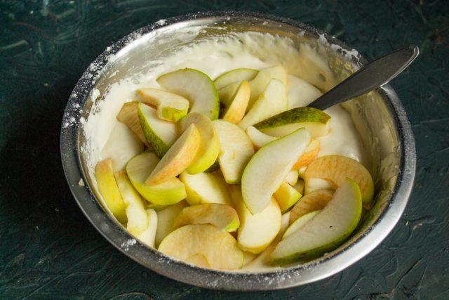 Добавляем нарезанные фрукты и аккуратно перемешиваем с тестом