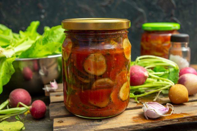 Вкусный салат из огурцов на зиму в заливке из томатного соуса